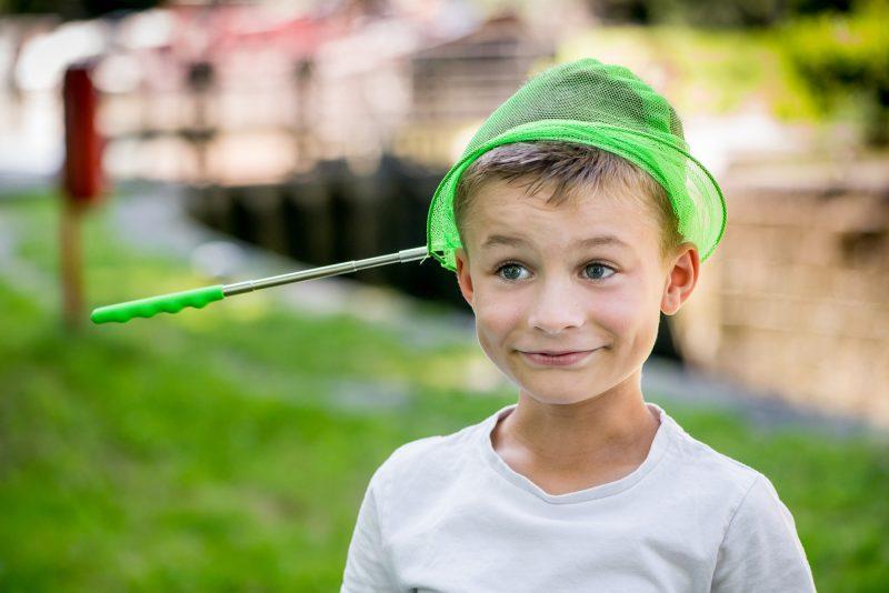 garçon avec une épuisette sur la tête