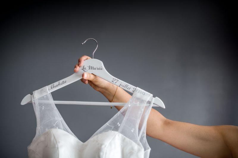 cintre avec la robe de la mariée