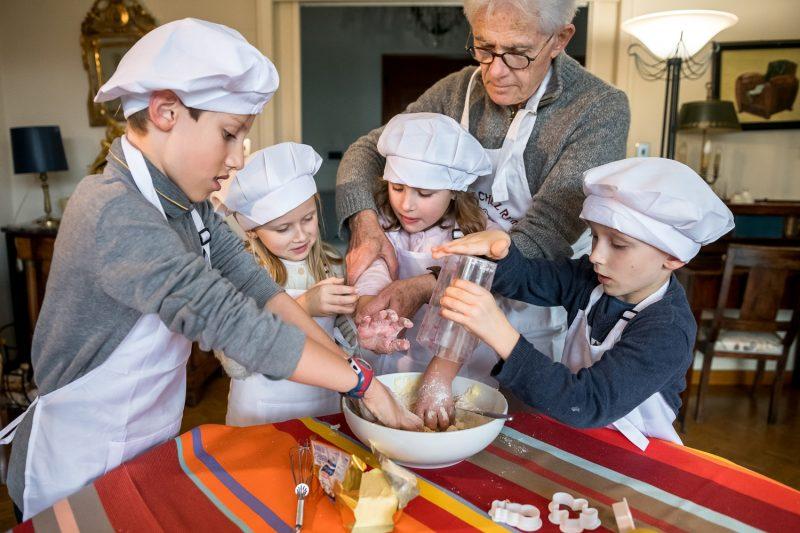 Le grand-père et ses petits enfants cuisinent