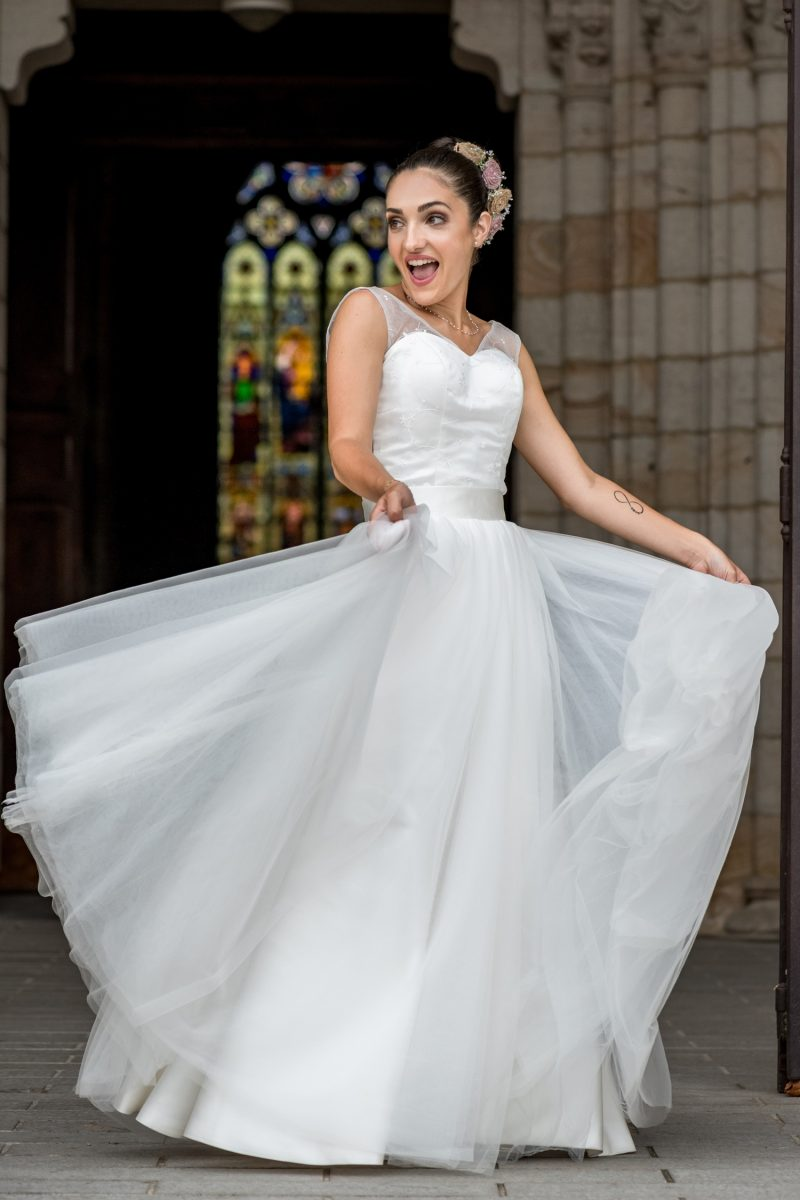 Mariée qui dans sur le parvis de l'église