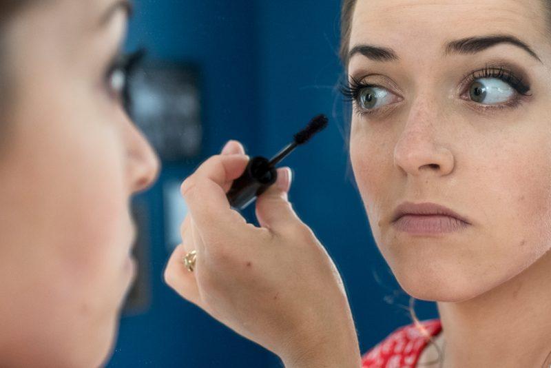 Séance de maquillage au salon d'Emilie à Alès.