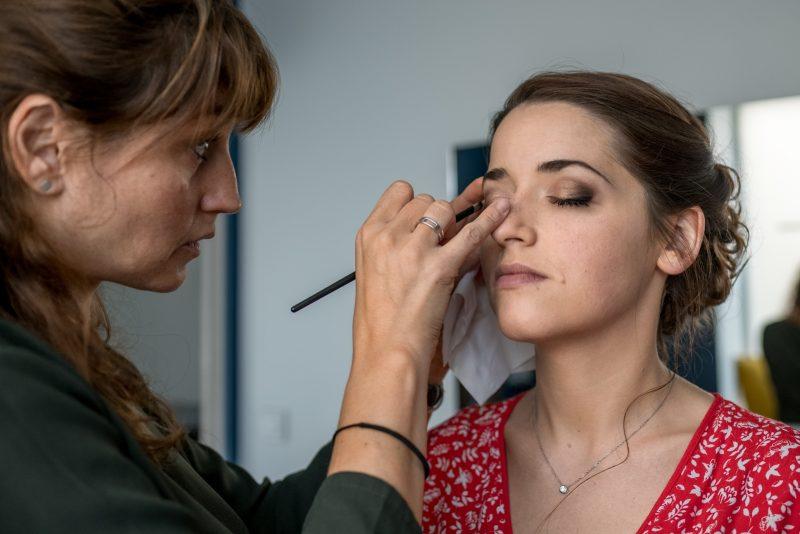 Le maquillage de la mariée à l'institut de beauté dans le Gard