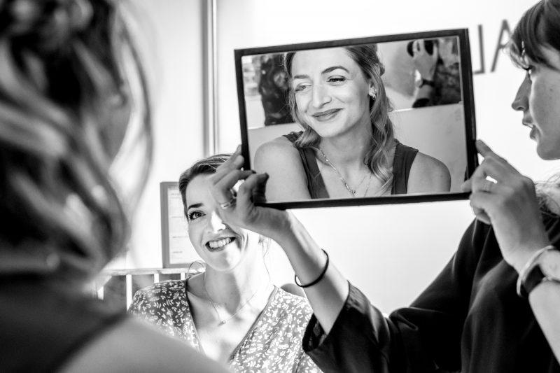 mariée qui regarde sa sœur avec mirroir