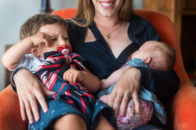 la maman porte ses deux enfants