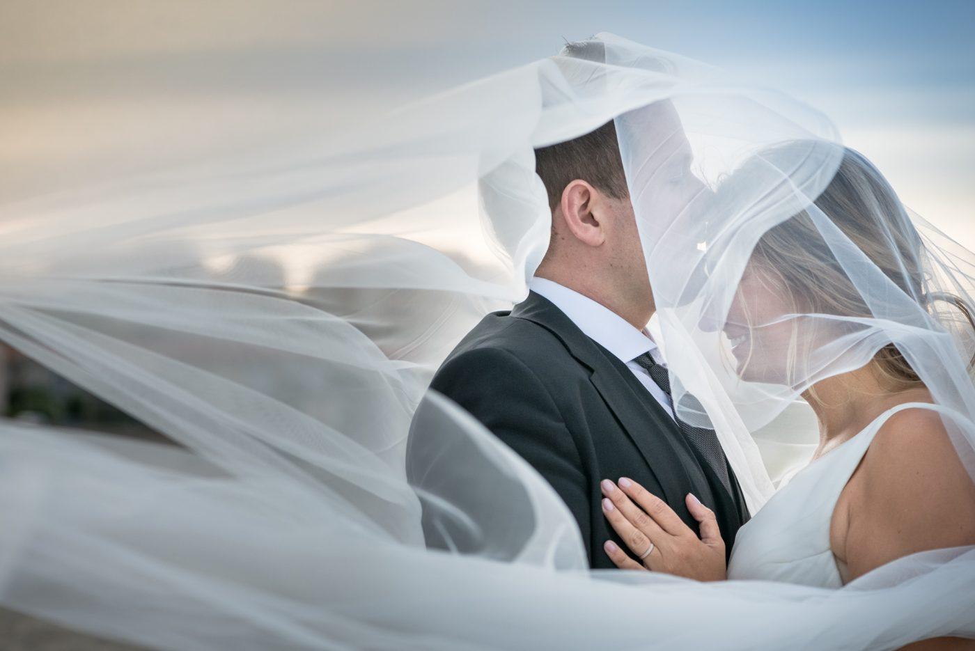 Les mariés sous le voile