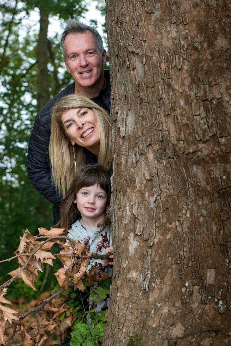 La famille cachée derrière un platane