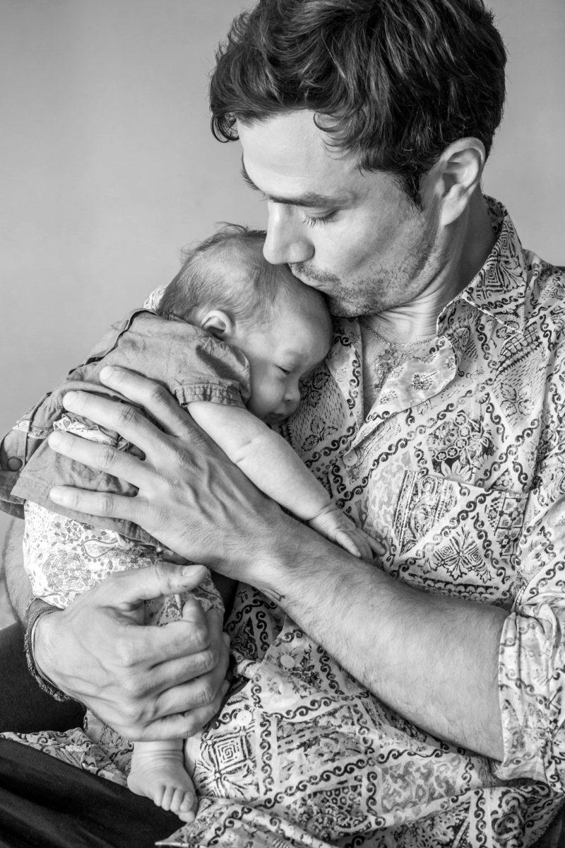 le papa embrasse son bébé