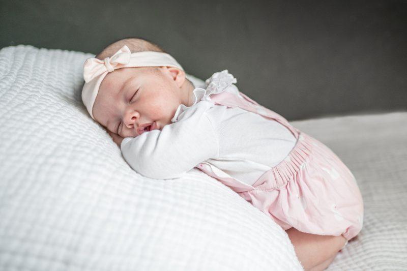 bébé rose qui dort