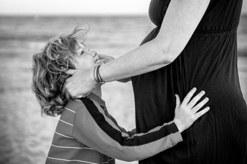 garçon avec sa maman enceinte