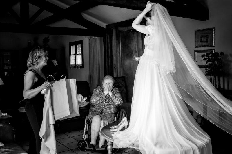 Grand mère qui pleure devant la mariée