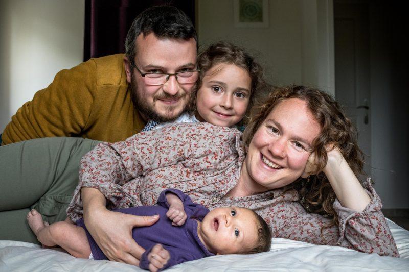 une famille sur un lit