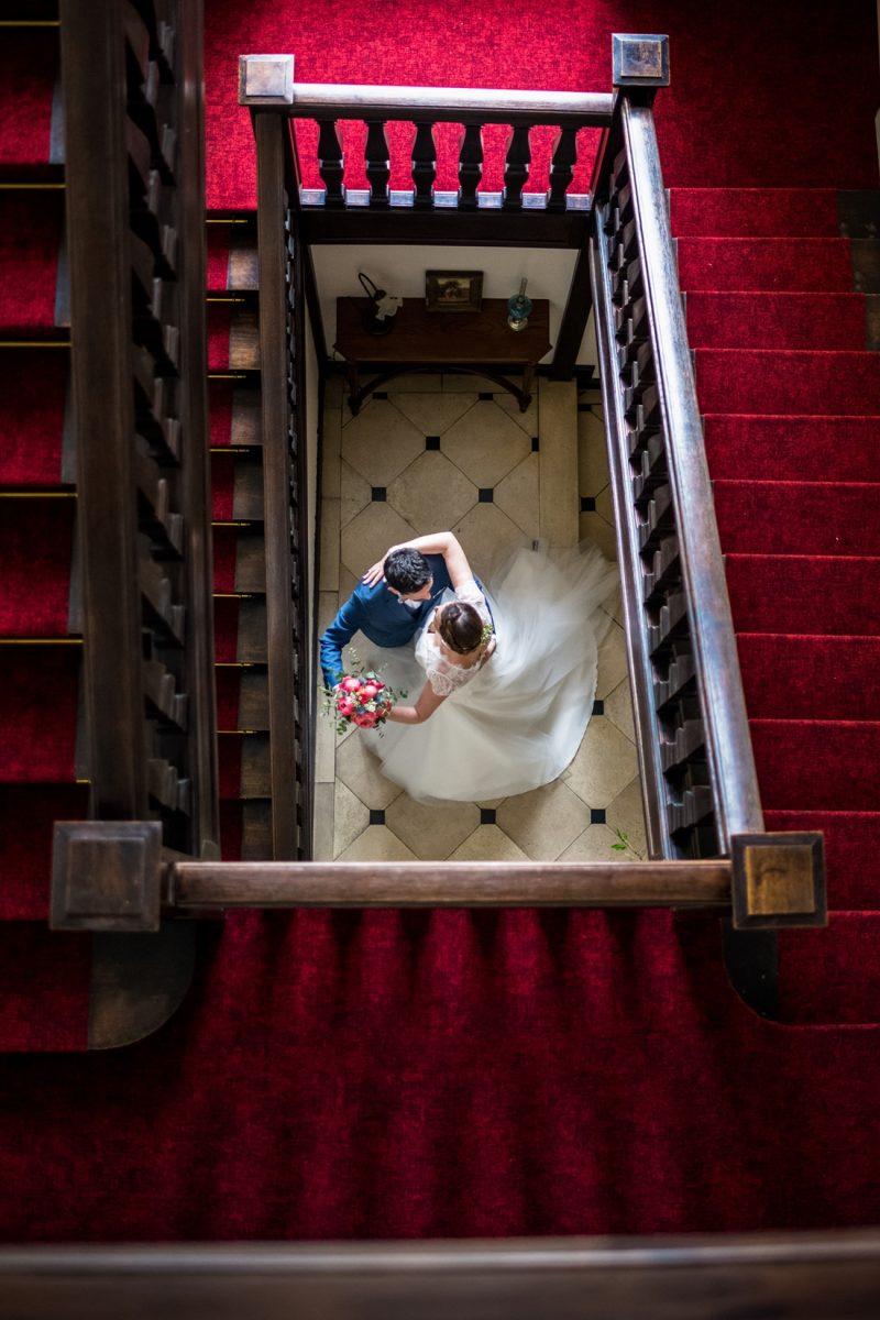 mariés qui dansent au bas de l'escalier