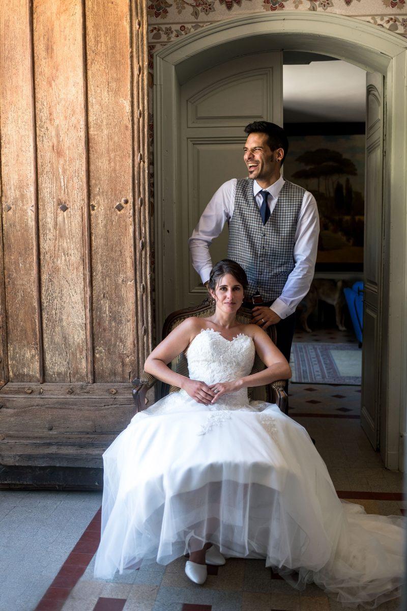 Le marié derrière la marié s'esclaffe