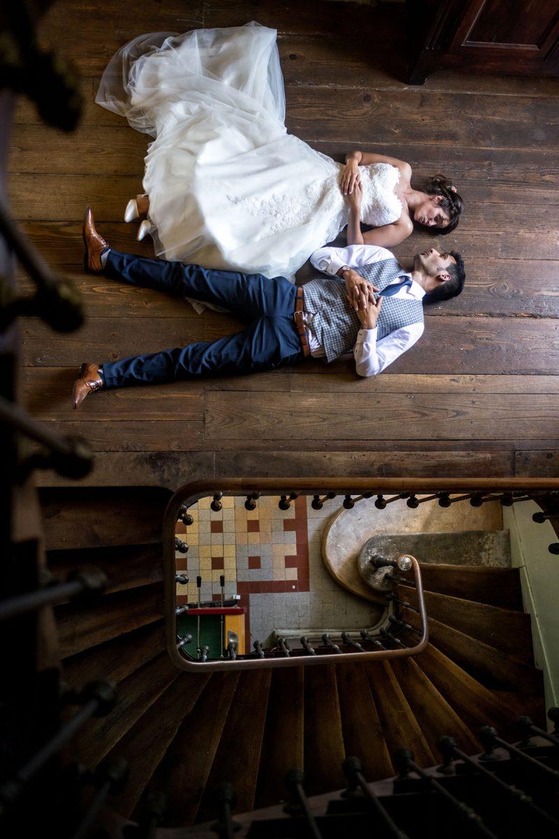 les mariés sont couchés sur le sol