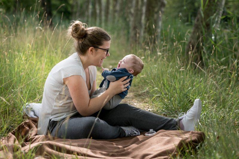 la maman rit avec son bébé