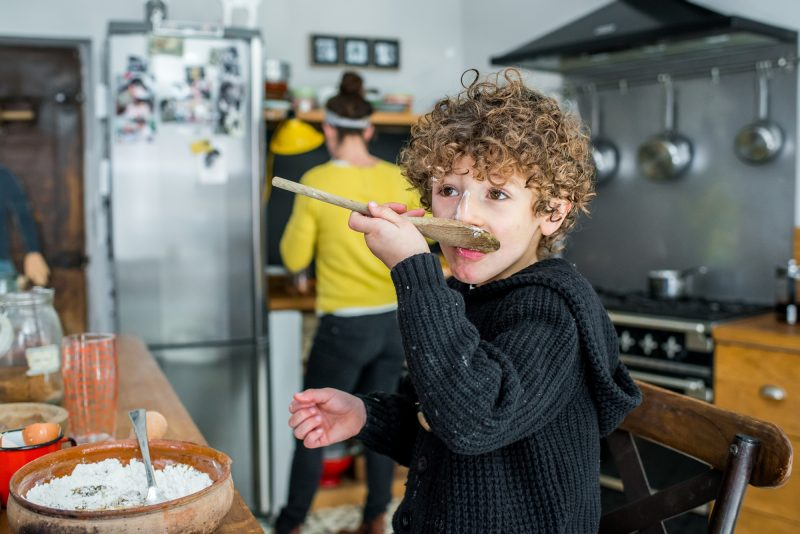 garçon qui prépare un gâteau