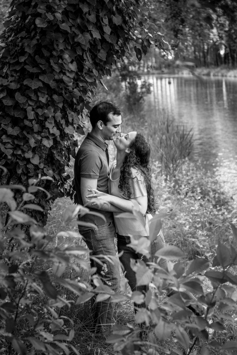 Photo de couple en noir et blanc près du canal du Midi