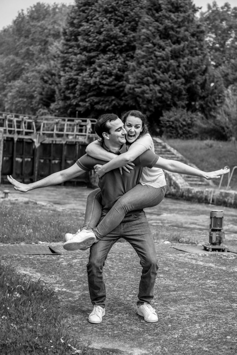 Shooting couple à l'écluse sur le canal du Midi dans l'Aude.