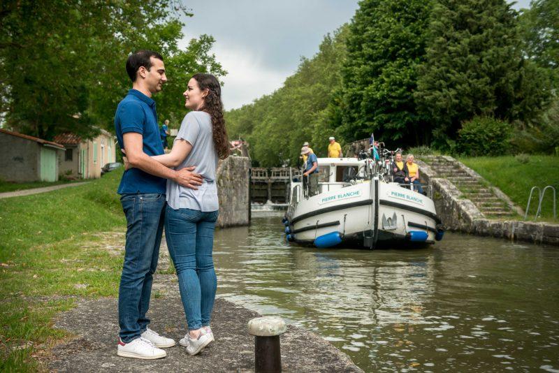Photo de couple à l'écluse avec une péniche Locaboat
