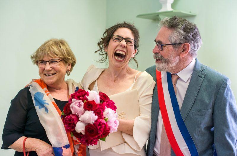 Éclat de rire de la mariée avec le maire