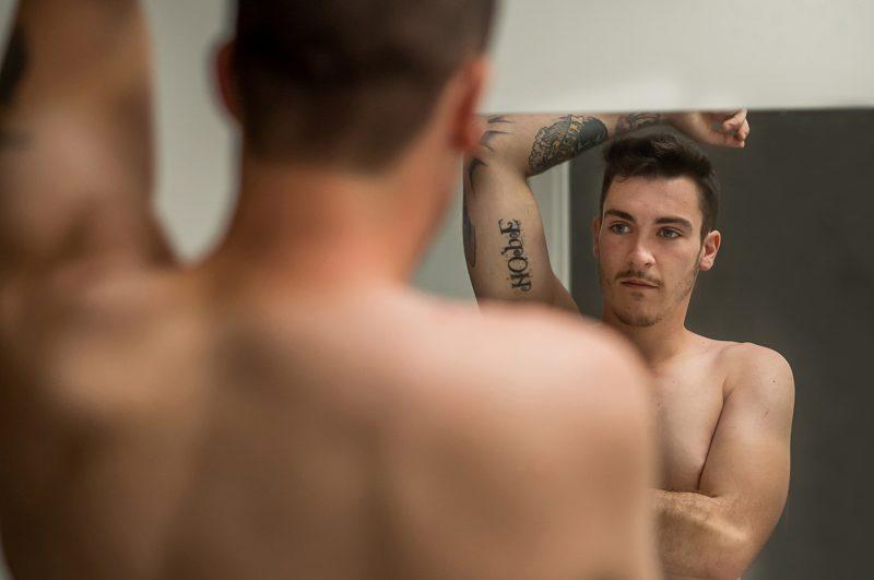 Le marié se prépare devant le miroir