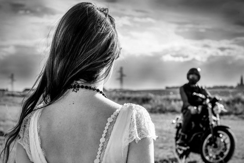 La mariée devant le marié motard
