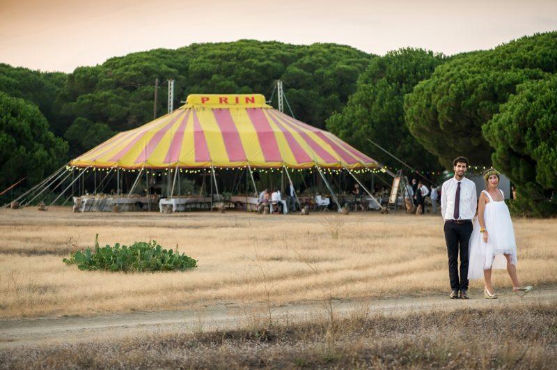 Les mariés devant un chapiteau de cirque