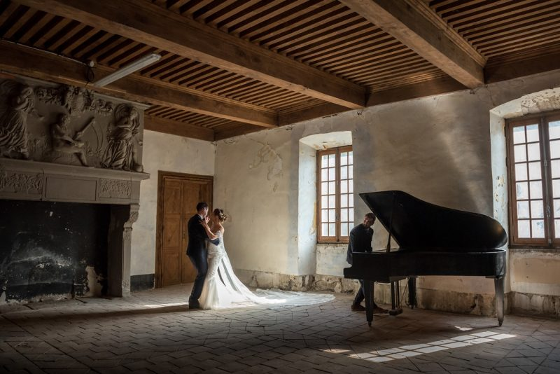 les mariés dansent dans la salle du château
