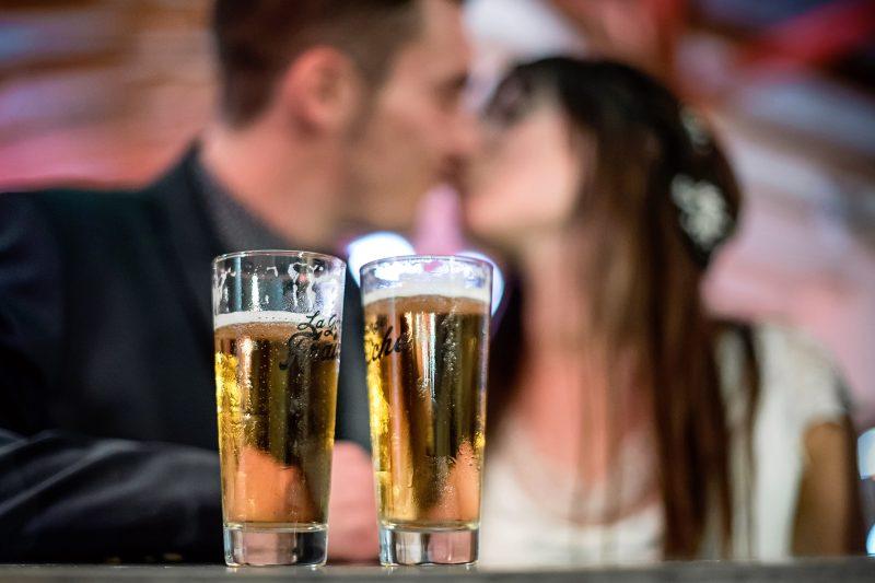 Les mariés, buveur de bière.