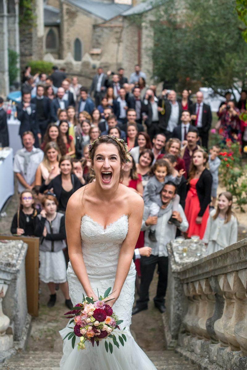 La mariée s'apprêt à lancer le bouquet
